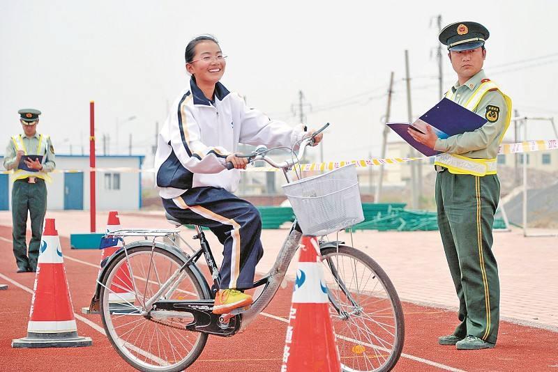 """一小学联合交警对年满12岁学生进行""""自行车驾照""""考试"""