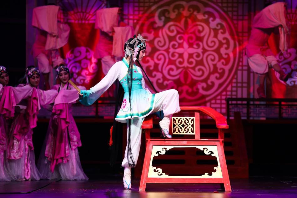 黄圣依京剧装踩跷空中一字马妩媚活泼秀小蛮腰