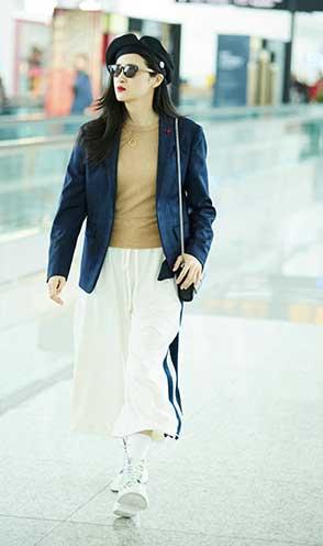 气质女神龚蓓苾现身机场可甜可飒时尚感爆棚