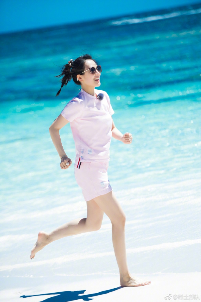 章子怡一身粉色满满少女心戴墨镜海边奔跑超阳光