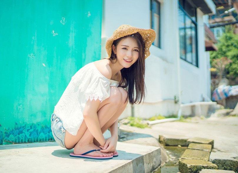 湛蓝的天照耀着一张纯真的脸,阳光下的笑脸如此耀眼