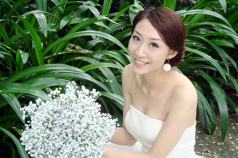 手捧鲜花笑容伊人的待嫁新娘