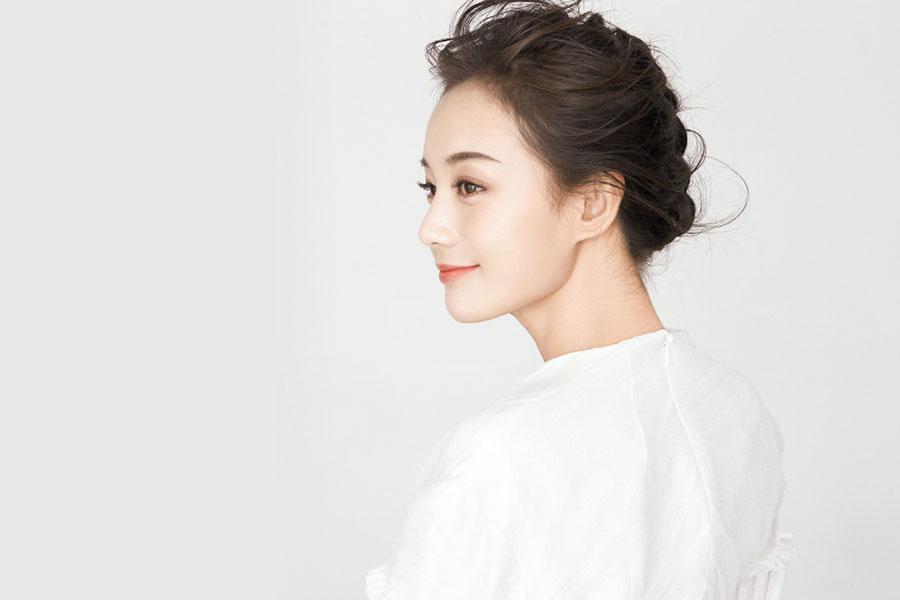 眼前一亮,气质女星李一桐纯白系优雅写真欣赏,太美了