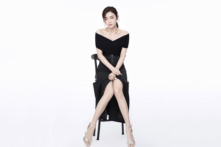 秦岚,《又见一帘幽梦》中美丽动人的汪绿萍,35岁的她穿搭百变依旧靓丽迷人