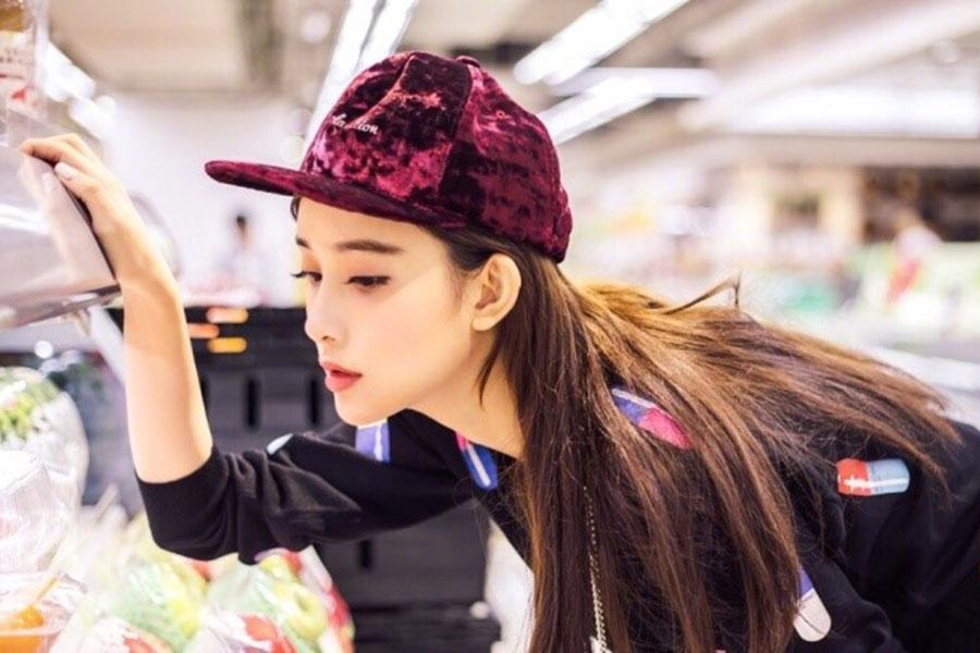 孟子义,穿着黑色卫衣,在商场中非常俏皮可爱,小仙女一枚