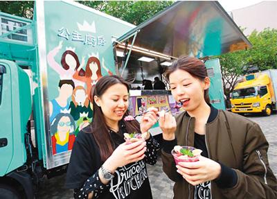 """美食车开进香港景区 """"吃货""""游客惊呼过瘾"""